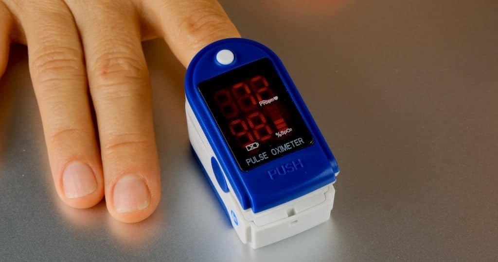 saturimetro per misurare la saturazione dell'ossigeno nel sangue